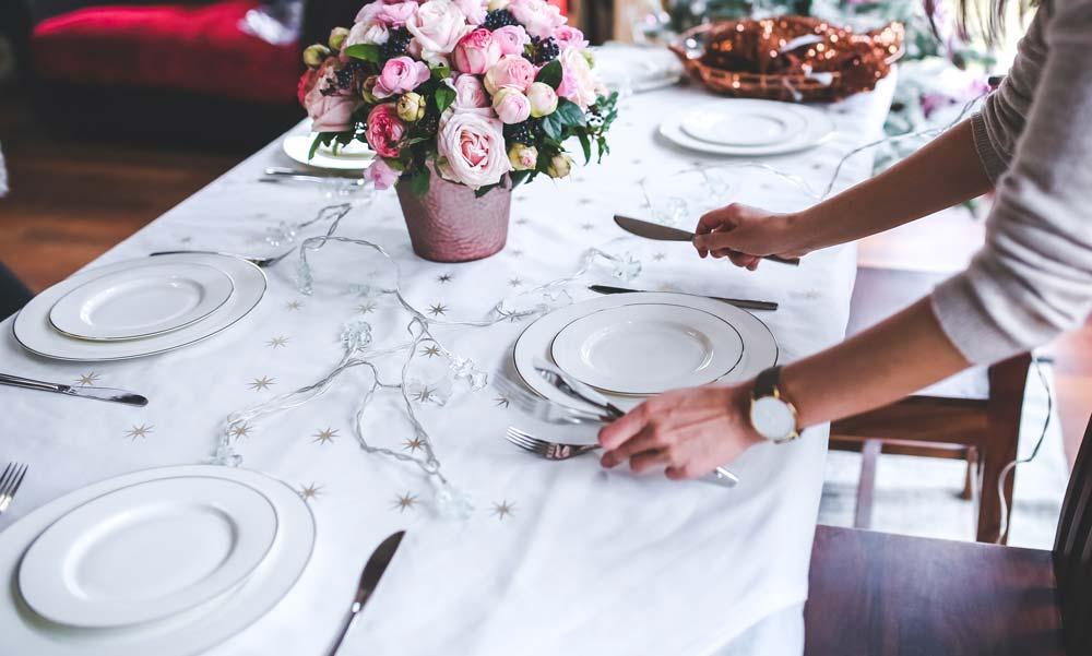 Tisch wird gedeckt